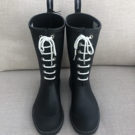 BLACK RUBBER WELLIES WITH WHITE LACES